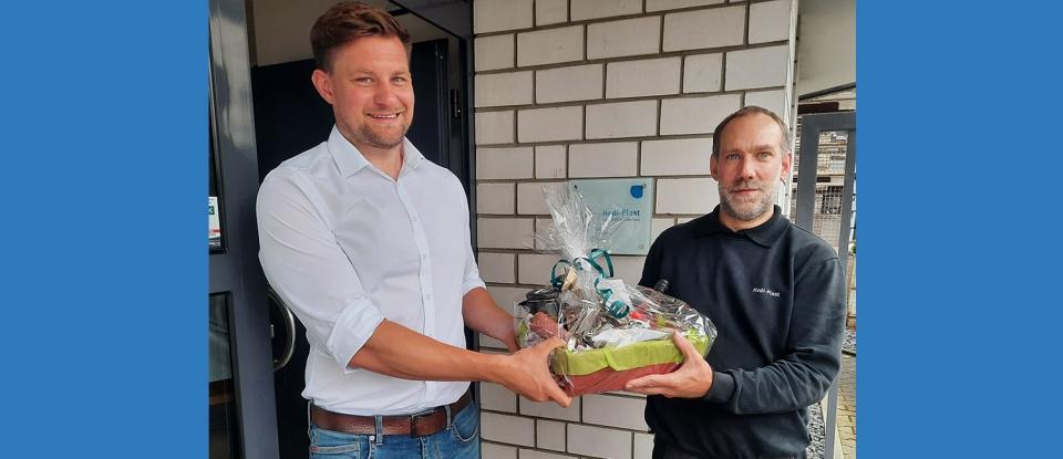 Produktionsleiter Dr. Christoph Lakemeyer beglückwünscht Marcus Hagel zu seinem Jubiläum.
